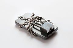 Smartphone avec la chaîne verrouillée sur le fond blanc Photographie stock