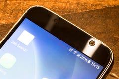 Smartphone avec la charge de batterie de vingt-cinq pour cent sur l'écran Photographie stock