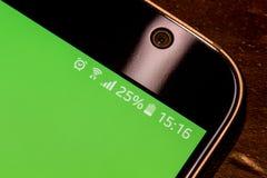 Smartphone avec la charge de batterie de vingt-cinq pour cent sur l'écran Photo libre de droits
