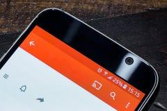 Smartphone avec la charge de batterie de vingt-cinq pour cent sur l'écran Image stock