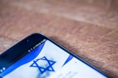 Smartphone avec la charge de 25 pour cent et le drapeau de l'Israël Photo libre de droits