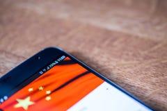 Smartphone avec la charge de 25 pour cent et le drapeau de la Chine Photos libres de droits