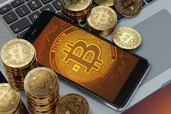 Smartphone avec la pose à l'écran de symbole de Bitcoin sur le clavier d'ordinateur Photographie stock libre de droits