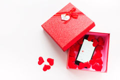 Smartphone avec le calendrier à la date du jour du ` s de Valentine dans le boîte-cadeau Photographie stock libre de droits