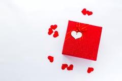 Smartphone avec le calendrier à la date du jour du ` s de Valentine dans le boîte-cadeau Images stock
