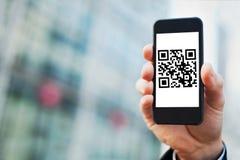 Smartphone avec le code de qr photographie stock