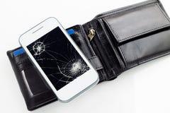 Smartphone avec le verre et le portefeuille cassés Photographie stock libre de droits