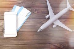 Smartphone avec les billets d'avion blancs d'écran image libre de droits