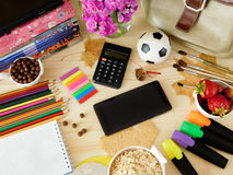 Smartphone avec un écran et une calculatrice vides entourés par des fournitures scolaires Photographie stock libre de droits