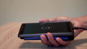 Smartphone bajo de carga de la batería almacen de video