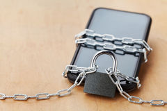 Smartphone band kedjan med låset på trätabellen, grejen och digitalt apparatdetoxbegrepp royaltyfri fotografi