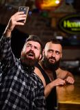 Smartphone barbu de prise de hippie d'homme Prise du concept de selfie Envoyez le selfie aux réseaux sociaux d'amis Homme dans le photos libres de droits