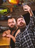 Smartphone barbu de prise de hippie d'homme Prise du concept de selfie Envoyez le selfie aux r?seaux sociaux d'amis Homme dans le photographie stock libre de droits