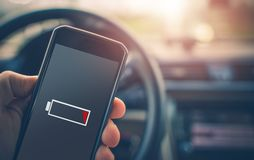 Smartphone-Batterie-Aufladung lizenzfreie stockfotos