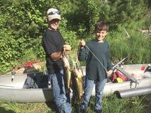 Smartphone-beeld van twee jongens die hun vangst van walleyes tonen Stock Foto