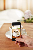 Smartphone bierze obrazek kawa Obrazy Royalty Free