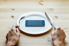 Smartphone bij de lege plaat Stock Afbeeldingen