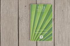 Smartphone bisel-libre de la siguiente generación que miente completamente en la tabla de madera Imágenes de archivo libres de regalías