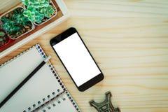 Smartphone blanco de la pantalla en de madera Imagenes de archivo