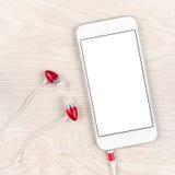 Smartphone blanco elegante sobre la tabla Imagen de archivo libre de regalías