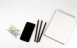 Smartphone, Bleistifte, Zeichenstifte, Notizblock - freier Raum für Text Stockfotografie