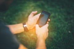 Smartphone bosatt massmedia av New Agerörelsen royaltyfri bild