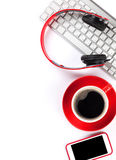 Smartphone, café, clavier et écouteurs Photo stock