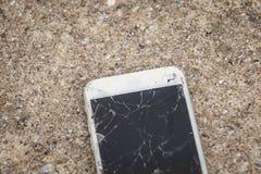 Smartphone cassé tombé sur un plancher en béton Photographie stock libre de droits