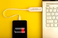 Smartphone chargeant par l'intermédiaire de la banque de puissance de l'exposition d'icône de batterie sur l'écran sur le dessus  images libres de droits