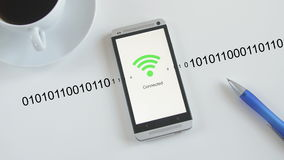 Smartphone che si collega a WiFi illustrazione di stock