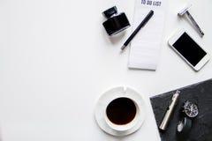 Smartphone, cigarette électronique et vue supérieure d'accessoires du ` s d'hommes photos libres de droits