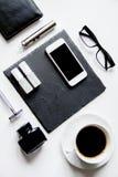 Smartphone, cigarrillo electrónico y opinión superior de los accesorios del ` s de los hombres Fotos de archivo
