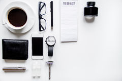 Smartphone, cigarrillo electrónico y opinión superior de los accesorios del ` s de los hombres Fotos de archivo libres de regalías