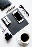 Smartphone, cigarrillo electrónico y opinión superior de los accesorios del ` s de los hombres Fotografía de archivo libre de regalías