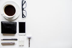 Smartphone, cigarrillo electrónico y opinión superior de los accesorios del ` s de los hombres Foto de archivo