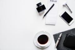 Smartphone, cigarrillo electrónico y opinión superior de los accesorios del ` s de los hombres Foto de archivo libre de regalías