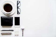 Smartphone, cigarrillo electrónico y opinión superior de los accesorios del ` s de los hombres Imagenes de archivo