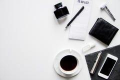 Smartphone, cigarrillo electrónico y opinión superior de los accesorios del ` s de los hombres Imagen de archivo