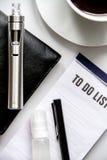 Smartphone, cigarrillo electrónico y opinión superior de los accesorios del ` s de los hombres Imágenes de archivo libres de regalías