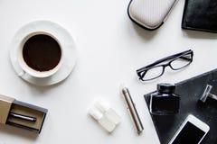 Smartphone, cigarrillo electrónico y opinión superior de los accesorios del ` s de los hombres Imagen de archivo libre de regalías