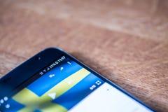 Smartphone com carga de 25 por cento e bandeira da Suécia Imagem de Stock Royalty Free