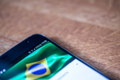 Smartphone com carga de 25 por cento e bandeira de Brasil Fotos de Stock