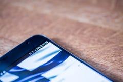 Smartphone com carga de 25 por cento e bandeira de Finlandia Imagens de Stock