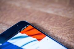 Smartphone com carga de 25 por cento e bandeira de França Fotografia de Stock