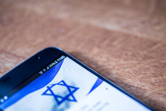Smartphone com carga de 25 por cento e bandeira de Israel Foto de Stock Royalty Free
