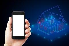 Smartphone com casa esperta fotos de stock