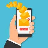 Smartphone com conceito novo da mensagem Mão que guarda a sagacidade do smartphone Imagens de Stock Royalty Free