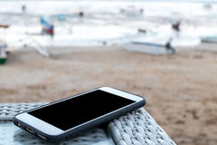 Smartphone com espaço vazio em um fundo da praia, Bali fotos de stock royalty free