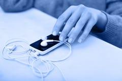 Smartphone com fones de ouvido Foto de Stock