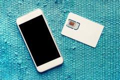Smartphone com o cartão da tela vazia e do telefone celular SIM Imagem de Stock Royalty Free